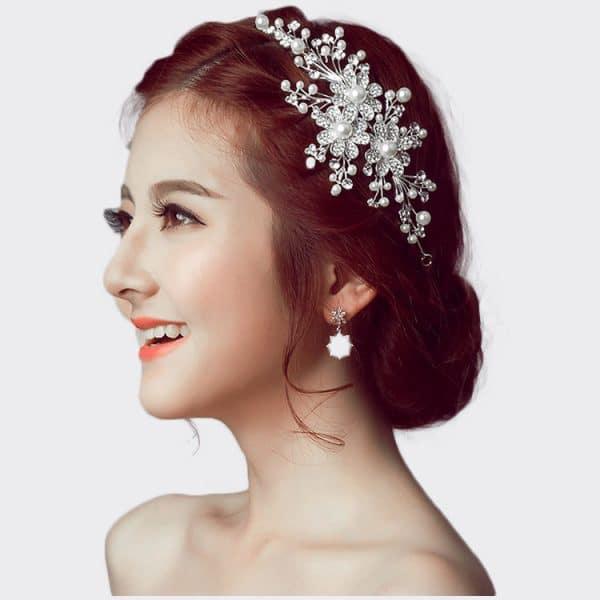 The bride wedding headdress flower